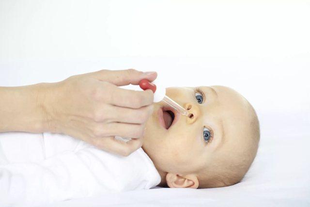 Дитина хрюкає носом, але соплів немає: причини і що робити