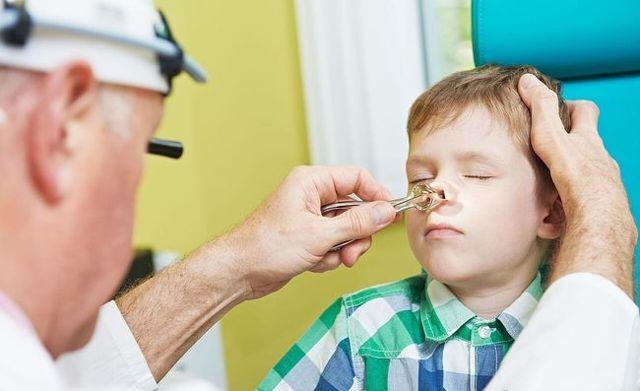 У дитини соплі в носоглотці і не висмарківаться: як лікувати внутрішній нежить