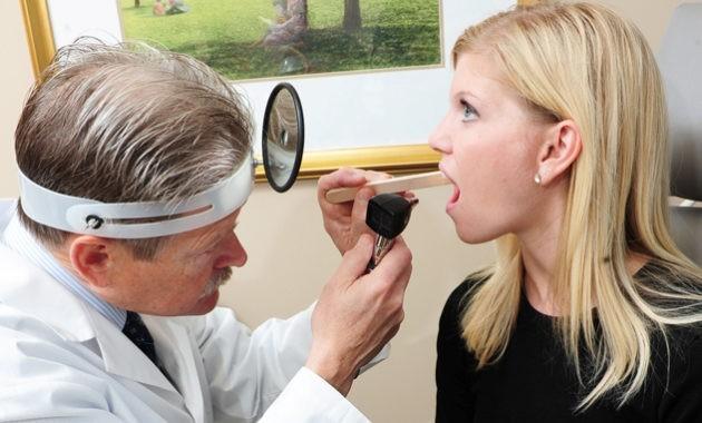 Болить горло, боляче ковтати: чим лікувати в домашніх умовах