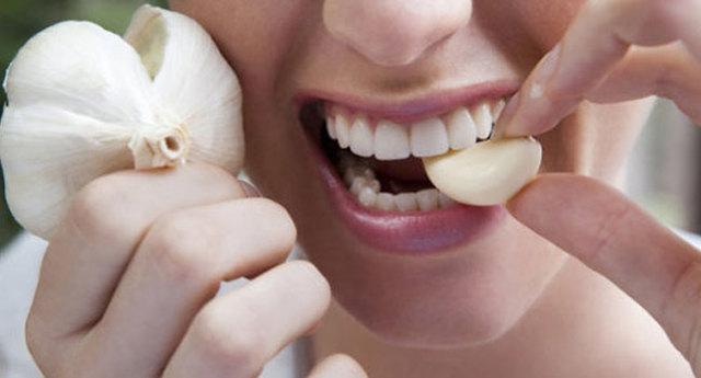 Часник при ангіні і болю в горлі: чи можна використовувати для лікування