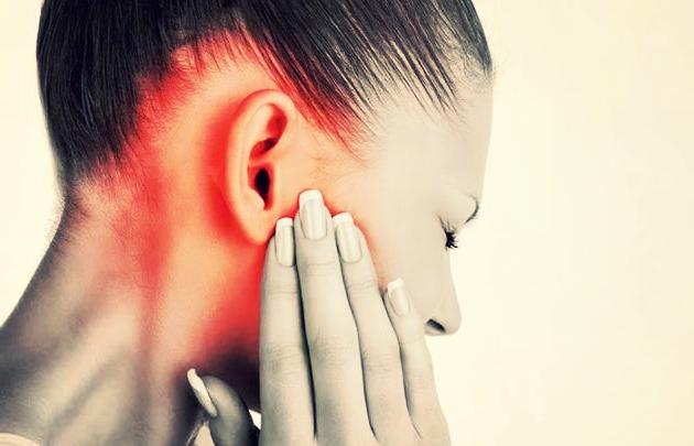 Запах з вух у людини: причини, симптоми і лікування