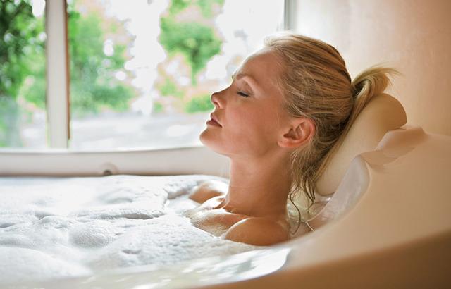 Чи можна при отиті мити голову, ходити в лазню або басейн