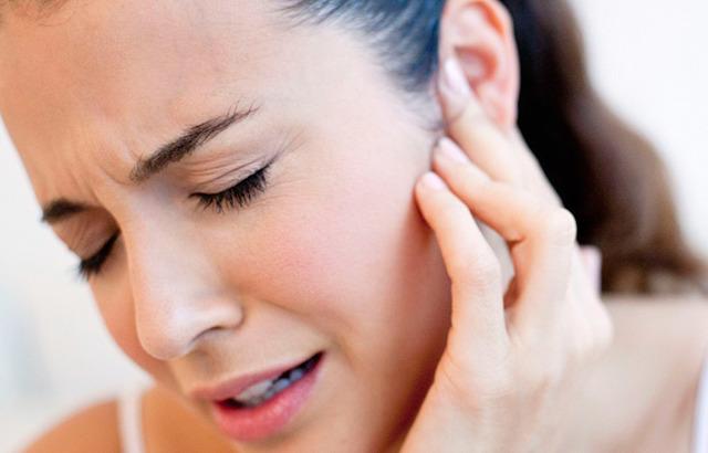 Болить мочка вуха при натисканні: чому, причини і лікування