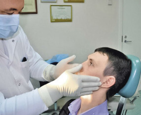 Який лікар лікує лімфовузли на шиї: до кого звертатися при запаленні?