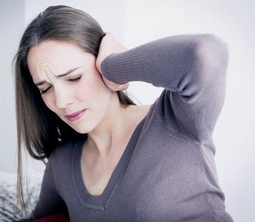 Закладає вуха при вагітності на різних термінах: причини і що робити