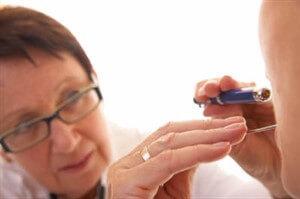 Болить горло постійно і не проходить: причини і лікування, що робити для профілактики