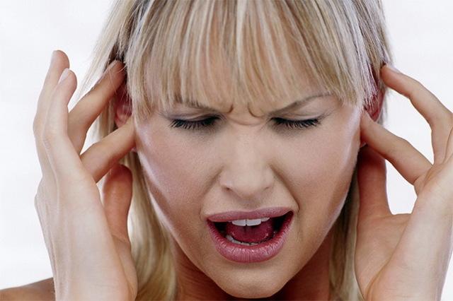 Вухо стріляє і болить: чому, що робити, як і чим лікувати